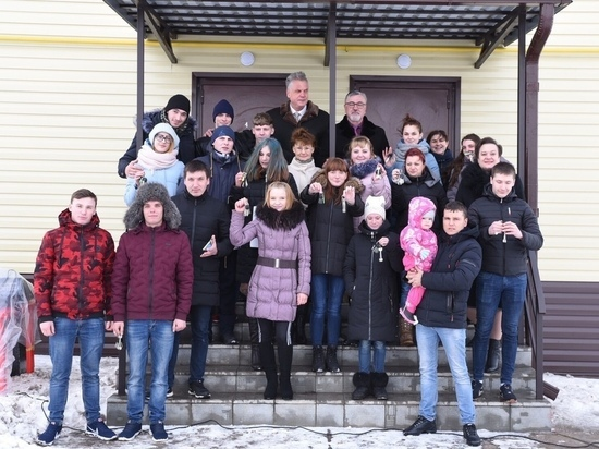 В Курской области вручили сиротам вручили ключи от квартир
