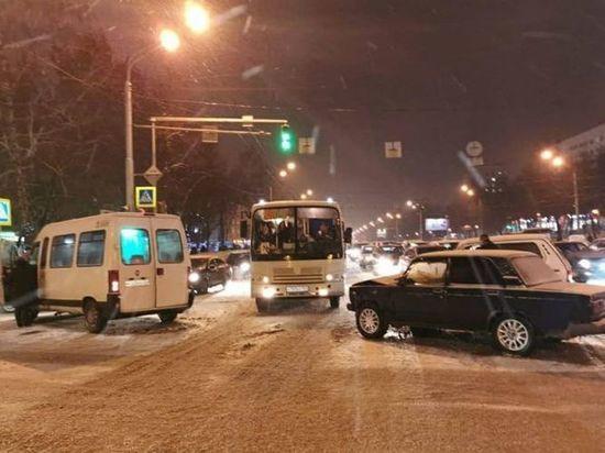 В Уфе в аварии с автобусом пострадали две пассажирки
