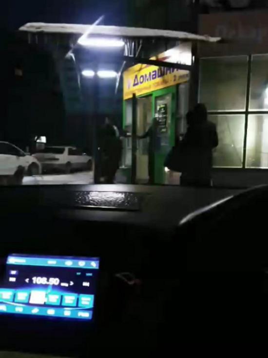 В Улан-Удэ охранник магазина дал пинка покупателю и избил его