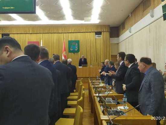 Правительство проводило Артамонова стоя