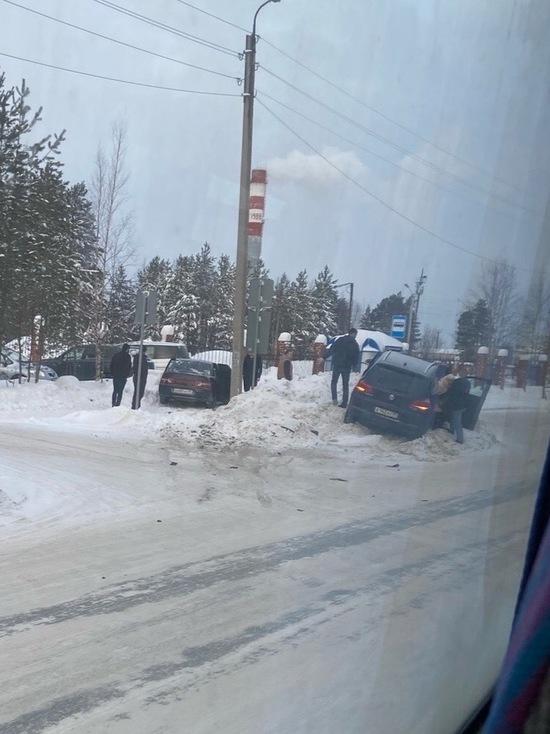 В Ноябрьске две машины вылетели на обочину: пострадала девушка
