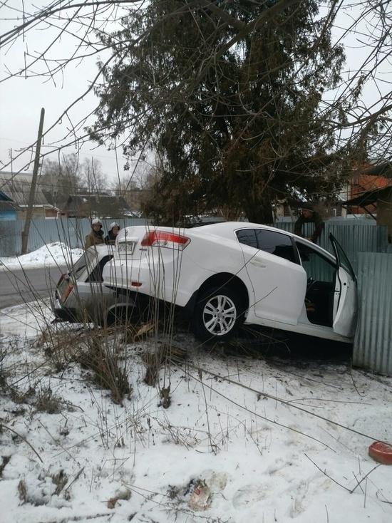 Две машины протаранили забор дома в Малоярославце