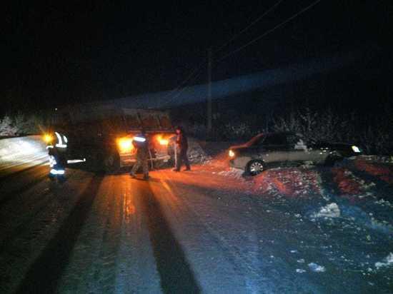 Водитель отечественной Lada Priora застрял в снегу и был спасён сотрудниками ГИБДД