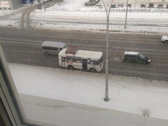 Кемеровчане вновь заметили водителя, справлявшего нужду через дверь маршрутки