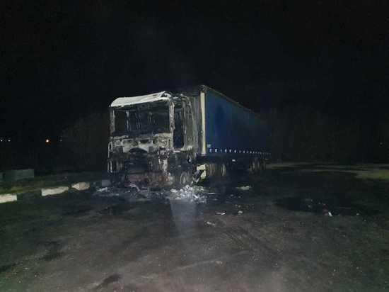 В Смоленске ночью горели грузовик и экскаватор