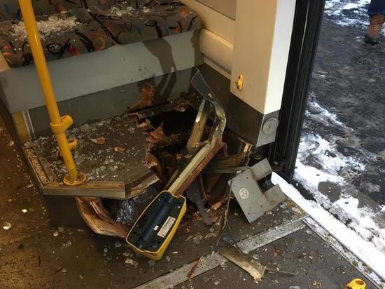 Очевидец рассказал о трамвае, который вскрыло на ходу: «Куски пола поднялись»