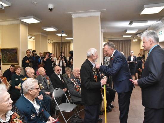 Новосибирским ветеранам вручают юбилейные медали