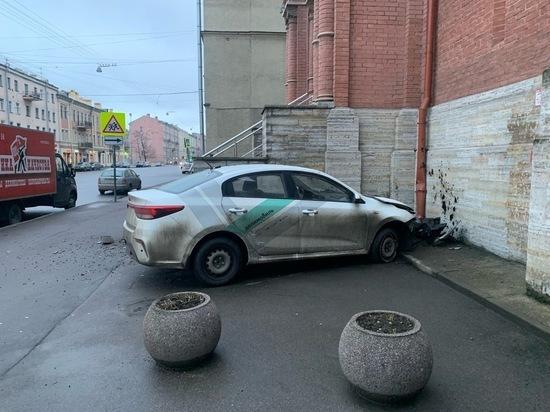 В Петербурге каршеринговый автомобиль протаранил церковь
