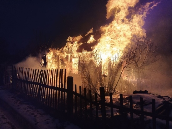 Под Сафоновым горели сразу три дачных дома