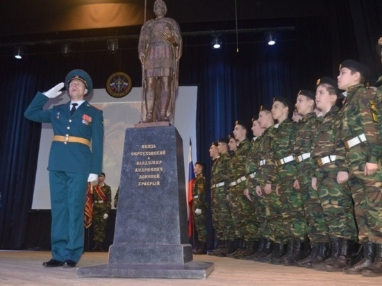 За эти годы несколько десятков мальчишек выросли под чутким руководством его педагогов. Многие из кадетов пошли работать в силовые структуры, чтобы служить Родине.