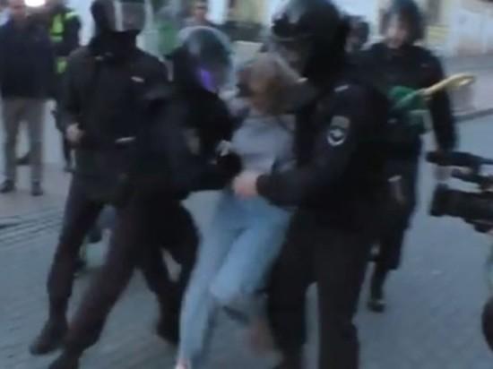 МВД объяснило, зачем полицейский ударил женщину в живот на митинге