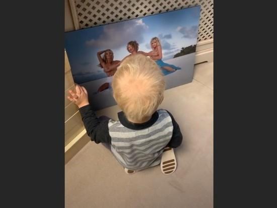 Собчак показала сыну свое фото с голой грудью