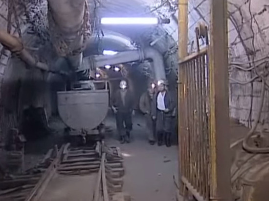 Донецкие шахтеры приковали себя кканистрам сбензином