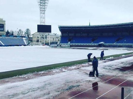В Ярославле начали готовить футбольное поле к важному матчу