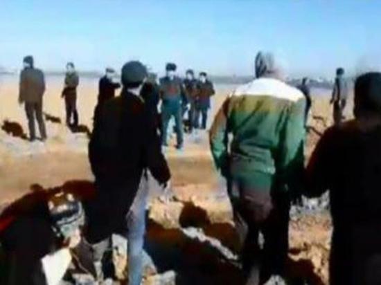 Жители узбекского села напали на чиновников с топорами