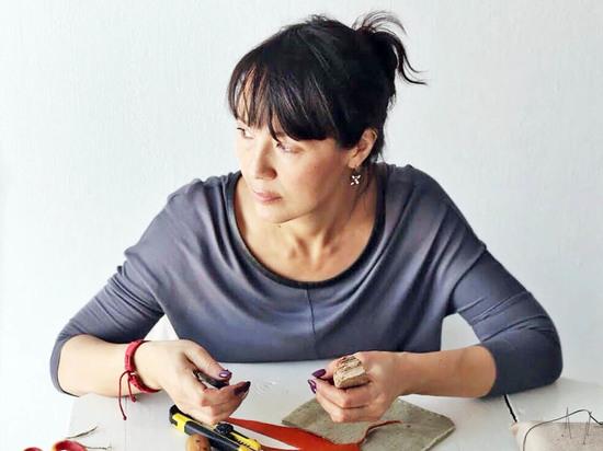 Жительница Улан-Удэ делает уникальные этносумки из найденных на Байкале камней и щепок