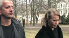 Ксения Собчак и загорелый Богомолов в трауре приехали в Петербург