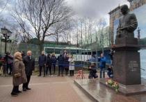Владимир Путин возложил цветы к памятнику Анатолия Собчака в Петербурге