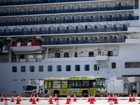 Две россиянки покинули охваченный коронавирусом лайнер Diamond Princess