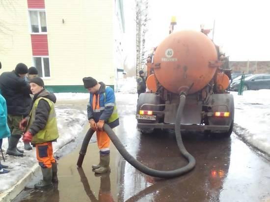 С улиц Архангельска откачивают воду