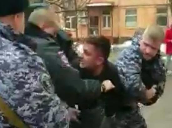 Таксист раскрыл подробности нападения на него московского полицейского