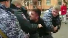 Появились кадры с места нападения московского полицейского на таксиста