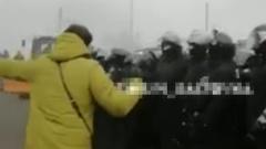 Кадры столкновений украинцев, протестующих против заселения эвакуированных из Уханя, с полицией