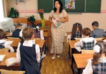 Третья и тем более вторая смена в российских школах никуда не делись; бюрократическая нагрузка на школы и педагогов только растет; а зарплаты учителей в разы ниже официально объявляемых властями и начисляются непонятно кем и как