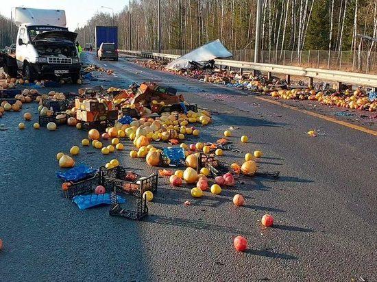 Трассу в Калужской области засыпало фруктами
