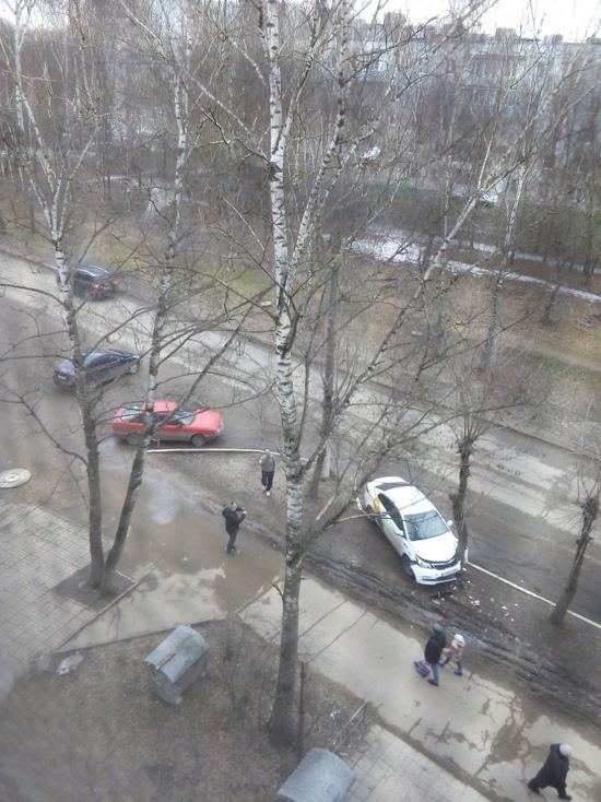 В Твери таксист врезался в дерево