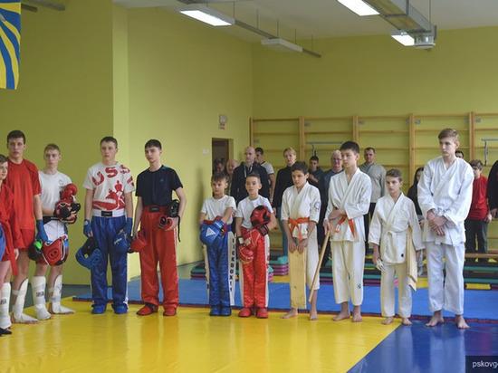 Показательные выступления по каратэ и кикбоксингу прошли в псковской школе