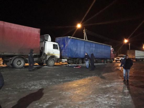 В Виноградовском районе мужчину насмерть зажало между двумя грузовиками