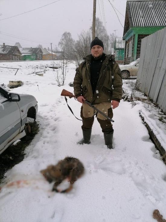 К деревенскому дому в Тверской области вышла бешеная лиса