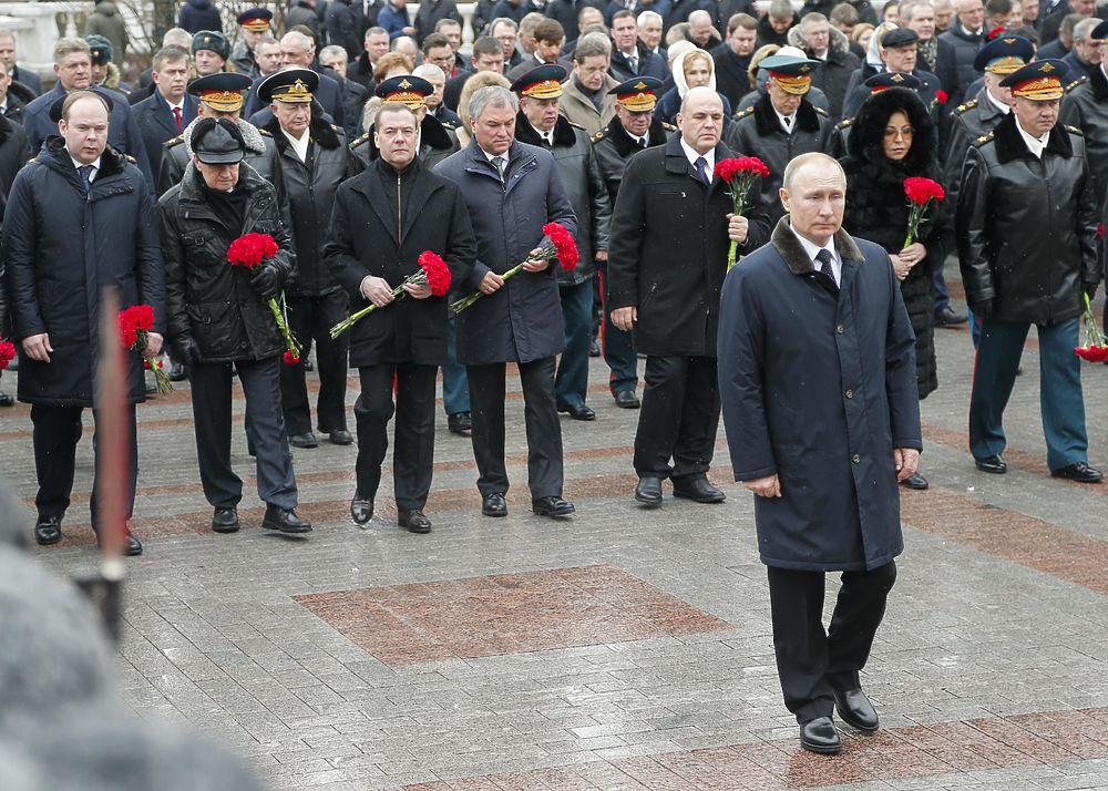 Путин, Мишустин и Медведев вместе возложили цветы к могиле Неизвестного Солдата