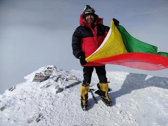 Альпинисты поздравили забайкальцев восхождением на Эльбрус с флагом края