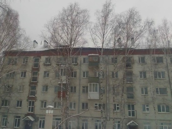 В Томске от тяжести снега обрушился кусок крыши многоэтажного дома