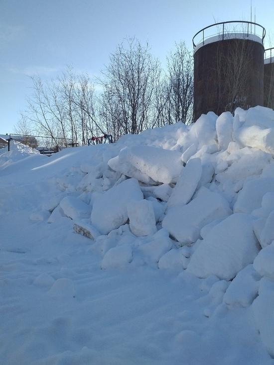 Снежные насыпи угрожают жизням детей в Лабытнанги