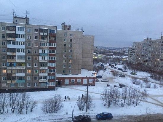 Ещё один козырёк магазина пострадал от наледи в Мурманске