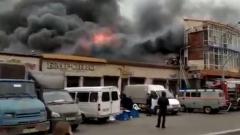 В Махачкале загорелся ТЦ: видео очевидцев