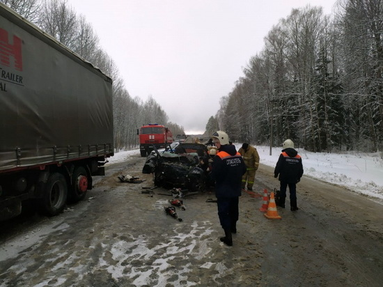 В Марий Эл при столкновении ВАЗа и грузовика погиб человек