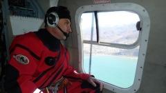 Видео с вертолёта, ищущего смытых в море мальчиков