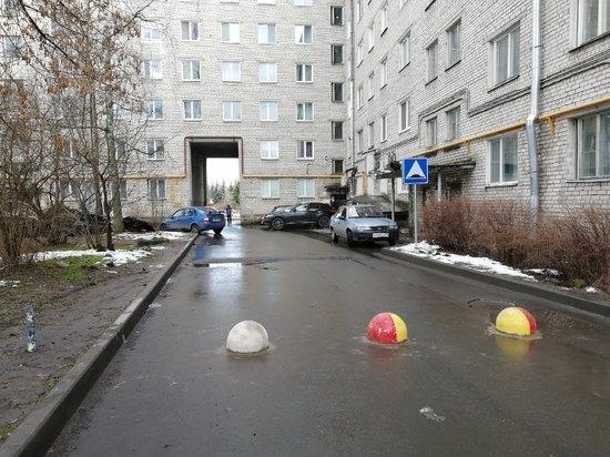 """""""У нас не автострада"""", - жители Завеличья спасают двор от чужих машин"""