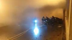 В Москве иномарка врезалась в стену тоннеля и сгорела: видео
