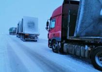 Водители большегрузов застряли на трассе в Челябинской области