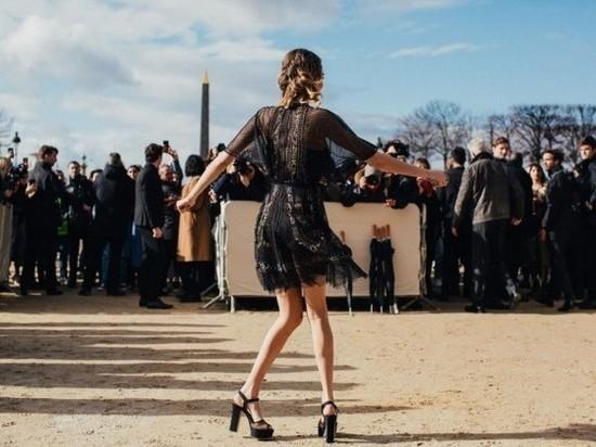 Кара Делевинь на модном показе продемонстрировала стройные ноги