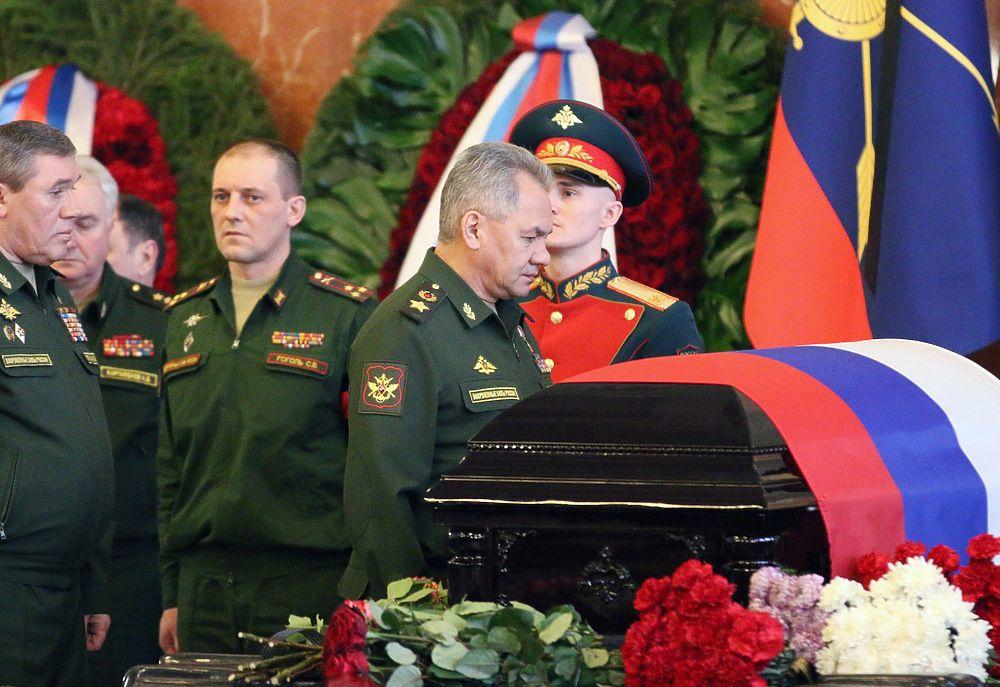 На похоронах маршала Язова Шойгу был полон скорби: кадры траура