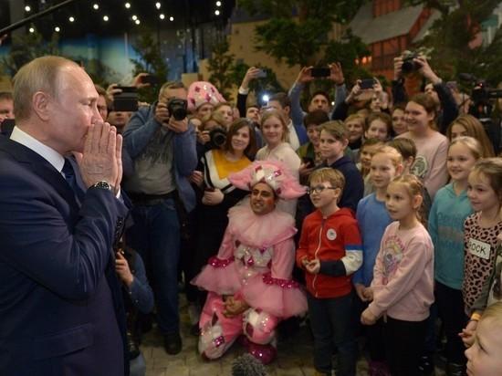 Дети чуть не задавили Путина в парке развлечений