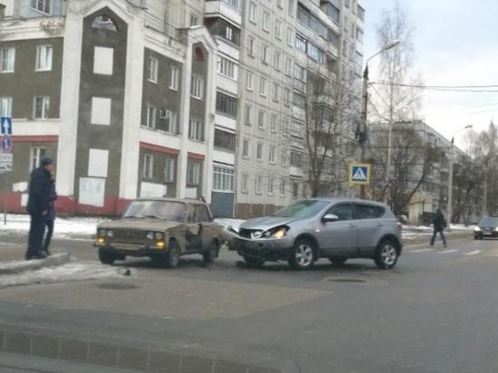 В Твери на перекрестке столкнулись два автомобиля