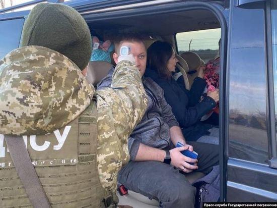 Украинские пограничники начали измерять температуру людей на границе с Крымом