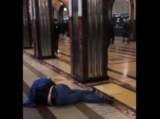 Футбольные фанаты устроили жестокую массовую драку в метро Москвы